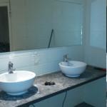 Installatie sanitair wasbakken monteren